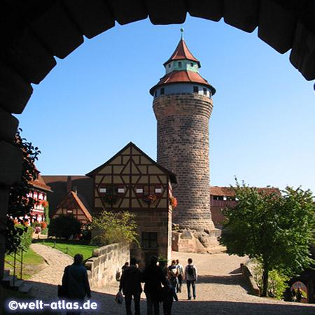 Blick vom Tor der Kernburg zum Bergfried, Sinwellturm und dem Brunnenhaus, der Tiefe Brunnen