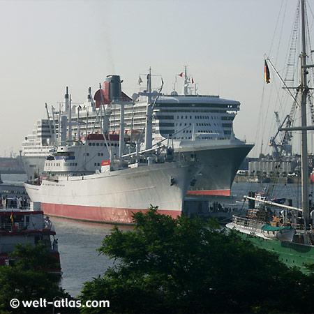 Queen Mary 2, Cap San Diego und Rickmer Rickmers an den Landungsbrücken, Hamburg