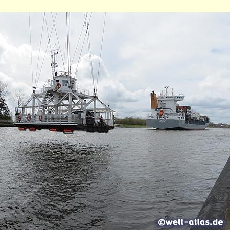 Die Schwebefähre unter der Rendsburger Hochbrücke über den Nord-Ostsee-Kanal transportiert auch Autos