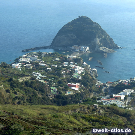 Der Felsen La Roia vor dem kleinen, malerischen Ort Sant'Angelo, Ischia