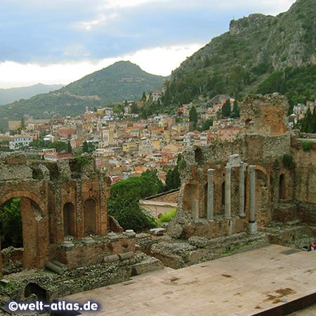 Antikes Theater und Blick auf Taormina, Sizilien