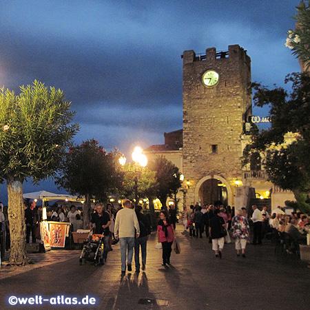 Bummeln, Essen und Shoppen am Abend in Taormina, hier am Torre dell'Orologio und Porta di Mezzo