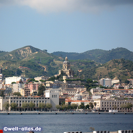 Blick vom Hafen auf die Stadt Messina und die Kuppel des Sacrario Cristo Re