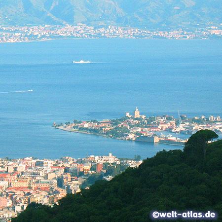 Blick aus den Bergen auf die Stadt Messina, Halbinsel von San Raineri mit dem Leuchtturm und über die Straße von Messina bis nach Kalabrien hinüber
