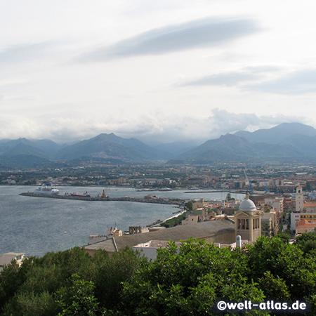 Blick auf Hafen und Mole, vor die Kirche Chiesa dell'Immacolata