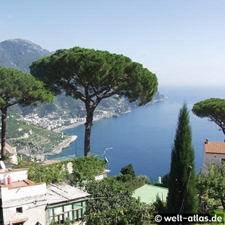 Blick von Ravello über die Bucht auf Maiori, Amalfiküste, Italien