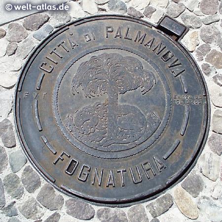 Kanaldeckel in Palmanova auf der Piazza Grande, Festungsstadt mit sternförmigem Grundriss, Wappen mit Palme