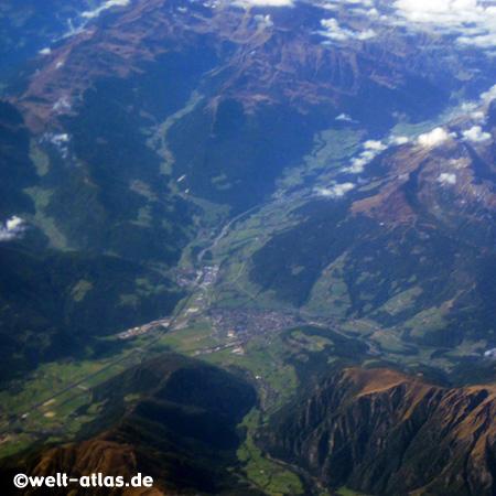 Blick auf die Berge, Sterzing und das Eisacktal aus der Luft