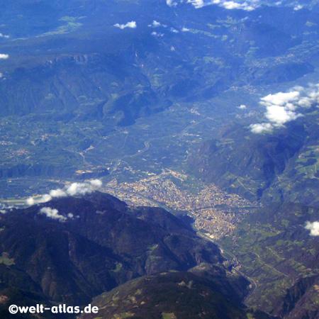 Blick auf die Berge um Bozen aus der Luft