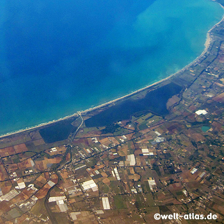 Flug über die italienische Küste, Thyrrenisches Meer bei Anzio
