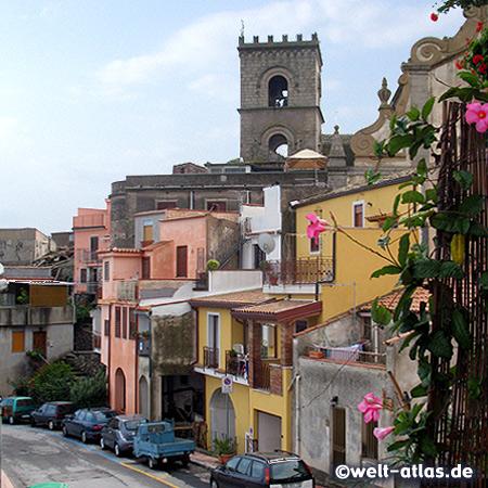 """Glockenturm der Kirche der Heiligen Annunziata in Forza D'Agrò, mittags ertönt das Glockenspiel mit dem """"Ave Maria"""" über dem Dorf"""