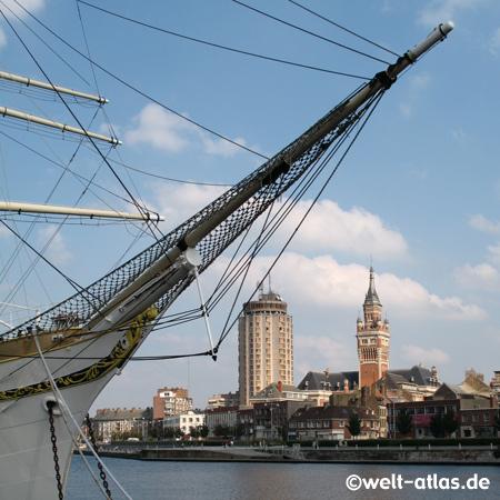 Hafenmuseum, im Hintergrund der Glockenturm des Rathauses Dünkirchen