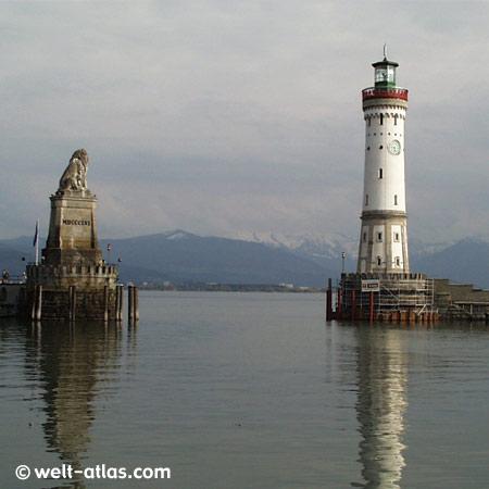 Hafeneinfahrt Lindau am Bodensee mit Leuchtturm und Bayerischem Löwen, Schnee auf den Bergen Position: 47° 32' N | 009° 41' E