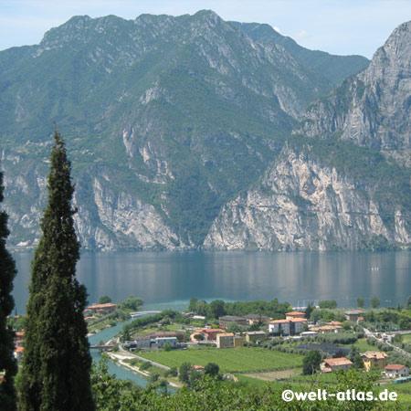 Gardasee, Blick aus den Bergen auf Nago-Torbole, Nordende des Sees im Trentino