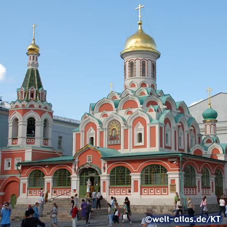 Die wiederaufgebaute Kathedrale der Maria von Kasan steht an der nördlichen Seite des Roten Platzes am Newski-Prospekt gegenüber dem Kaufhaus GUM