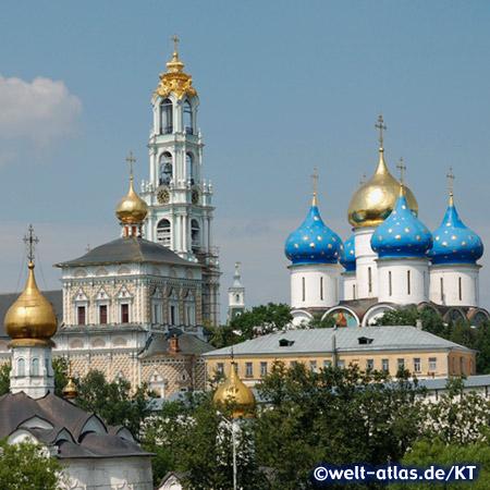 Türme des Klosters der Dreifaltigkeit und des Heiligen Sergius in Sergijew Possad bei Moskau