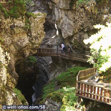 Gornerschlucht in Zermatt, spektakuläre Schlucht des Flusses Gornera mit tosendem Wasser und Wegen mit Holzstegen und Treppen
