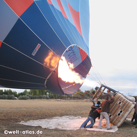 Der Heissluftballon wirf vorbereitet, der Brenner ist in Aktion, gleich wird der Korb aufgerichtet und es geht los