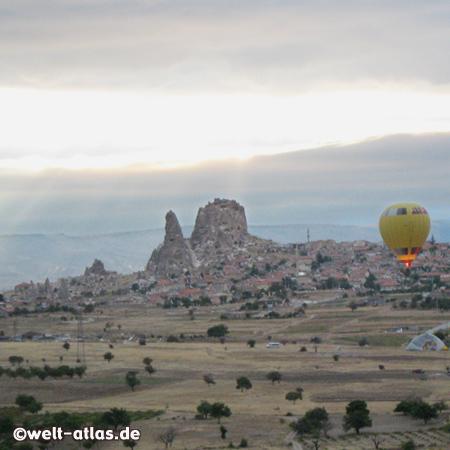 Heissluftballon und Burgfelsen von Uchisar, Türkei