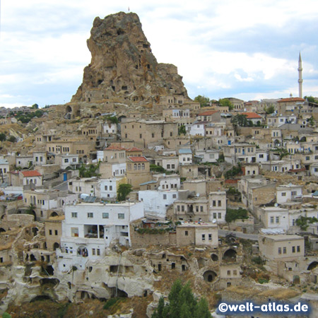 Höhlen und Gänge durchziehen den Burgfelsen von Ortahisar