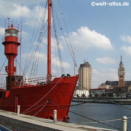 Feuerschiff Sandettie, Hafenmuseum und Rathaus im Hintergrund