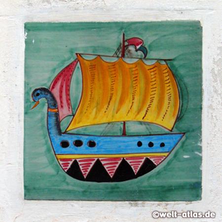 Bemalte Kachel mit Schiff, Stromboli
