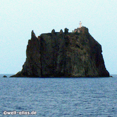 Strombolicchio, klein Felsinsel mit Leuchtturm vor Stromboli