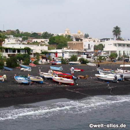 Schwarzer Lavastrand und Fischerboote von San Vincenzo, Stromboli