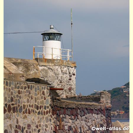 Kleiner Leuchtturm in der Marina Corta auf Lipari, Tyrrhenisches Meer