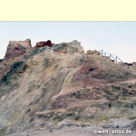 Fumarole, schwefelgelbe Felsen, Schlammbäder und Schwefelgeruch auf Vulcano