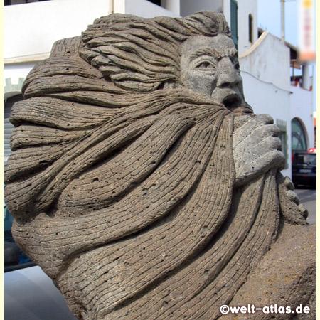 Skulptur des Windgottes Aeolus in Porto di Levante auf Vulcano