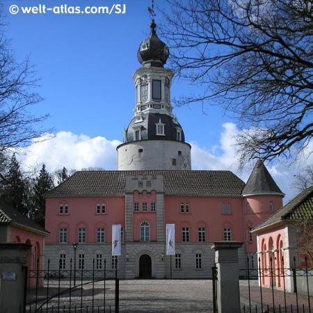 Schloß mit Turm und Zaun in Jever