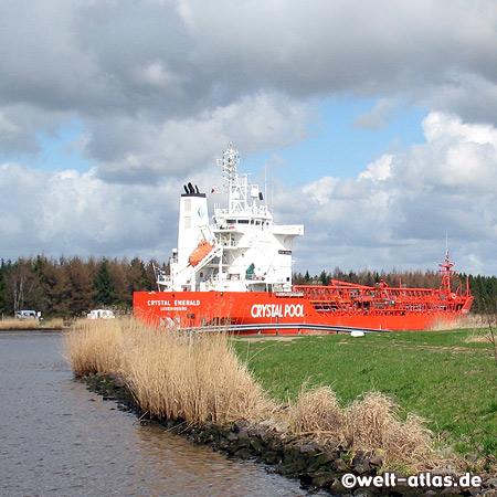 Schiff auf dem Nord-Ostsee-Kanal bei Aebtissinwisch, Kreis Steinburg