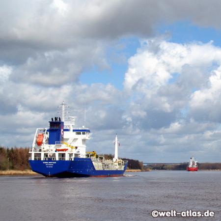 Schiffe auf dem Nord-Ostsee-Kanal bei Burg-Aebtissinwisch, Dithmarschen-Kreis Steinburg