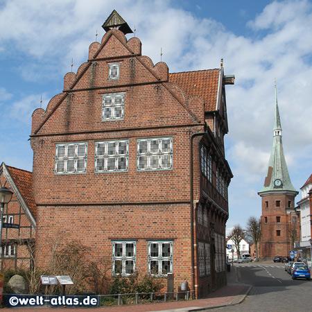 Altes Rathaus und St.-Bartholomäus-Kirche in Wilster