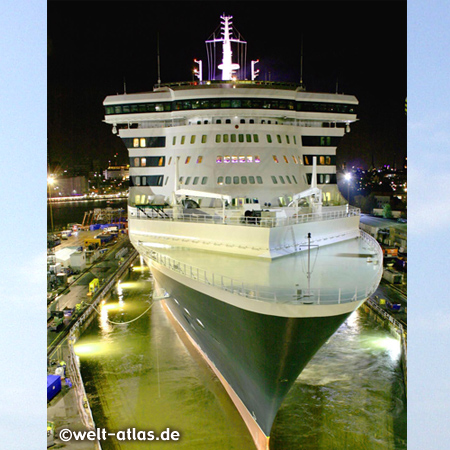 Queen Mary 2 in Hamburg at night