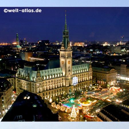 Hamburger Rathaus und Rathausmarkt,Blick vom Turm der Petrikirche bei Nacht