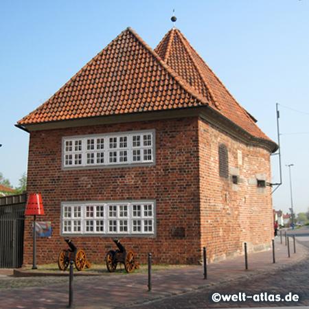 Marschtorzwinger mit Kanonen in Buxtehude, Turm der einstigen Stadtbefestigung