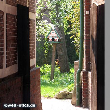 Vogelhäuschen im Fachwerkstil in Estebrügge