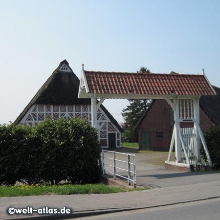 Altländer Bauernhof mit Prunkpforte, typisches Fachwerkhaus im Alten Land mit dem Hoftor