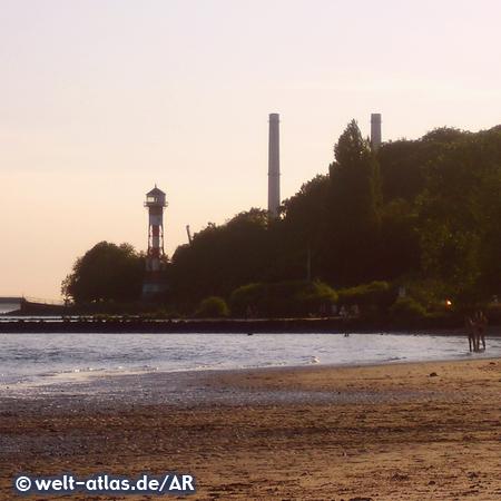 Strand am Falkensteiner Ufer mit dem Leuchtturm Wittenbergen