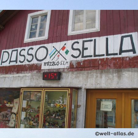 Pause am Sellapass, Passo di Sella, zwischen Grödnertal und Fassatal, Südtirol, Italien