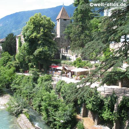 """Blick vom """"Steinernen Steg"""" auf das Passeirer Tor und die Winterpromenade an der Passer, Meran"""