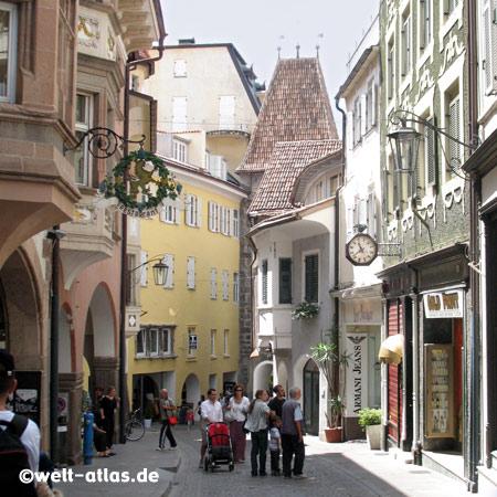 Gasse in der Altstadt von Meran, im Hintergrund der Turm des Bozner Tores, Stadttor