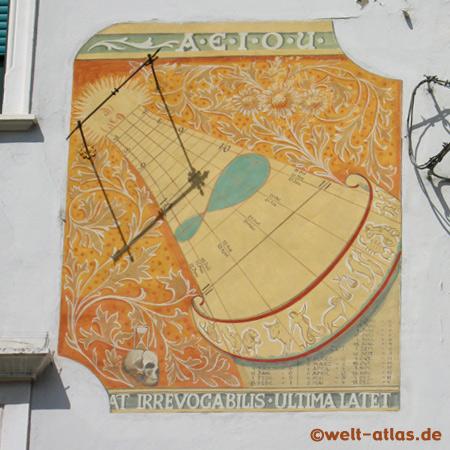 Sonnenuhr in Meran mit einem habsburgischen Wahlspruch