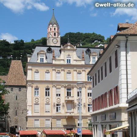 Links das Bozner Tor und dahinter die Pfarrkirche St. Nikolaus, Meran
