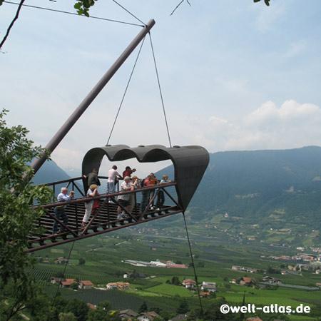 Spektakulärer Aussichtspunkt in den Gärten von Schloss Trauttmansdorff, der Thun'sche Gucker