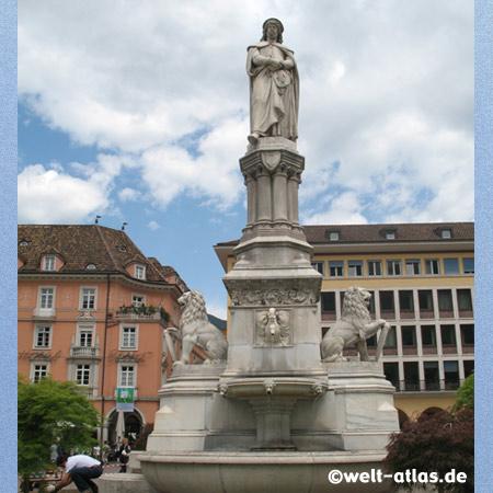 Statue des Minnesängers Walther von der Vogelweide vor dem Dom in Bozen