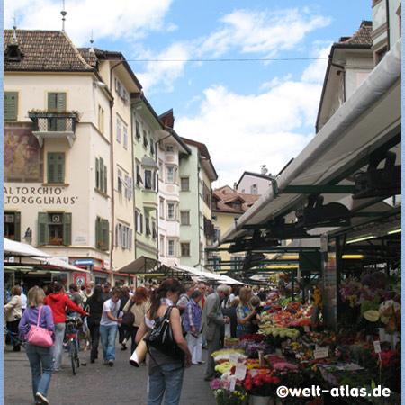 Gemüse- und Obstmarkt in Bozen, vor dem Torgglhaus in der Altstadt