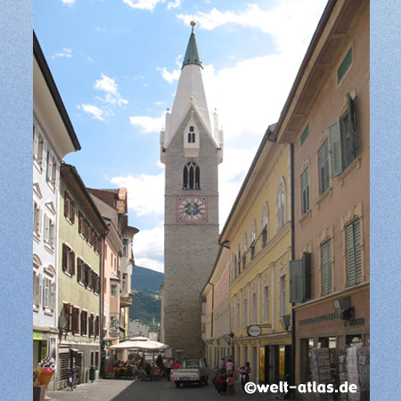 Weisser Turm der Pfarrkirche St. Michael in Brixen, älteste Stadt in Südtirol